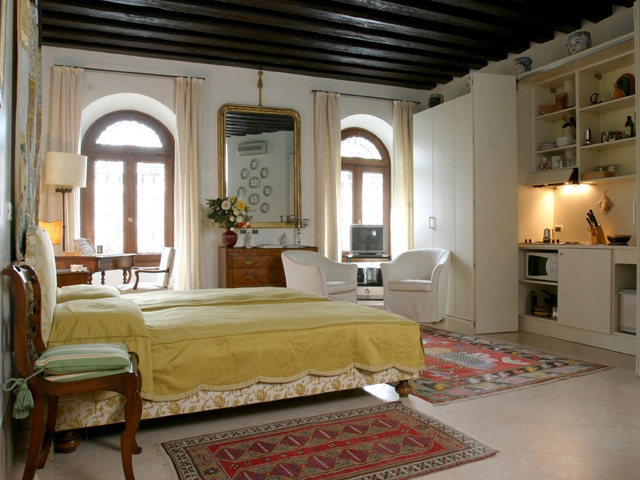 Ca' Gondola, Comfortable, cosy and supremely romantic - the quintessential 'Room with a View'.