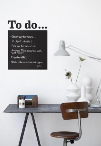 Tøff og praktisk wallstickers som brukes som en tavle. Her kan du skrive huskelapper, familiens aktiviteter etc.Kritt følger med.Wallstickers/Veggklistremerker er enkle å sette opp på veggen, samt å ta bort igjen når man vil bytte dem ut. Enklere enn dette kan det ikke bli å dekorere et rom.Kan festes på glatte flater.Forutenom å dekorere veggen kan man også velge å dekorere kommoder, senger, skrivebord etc....