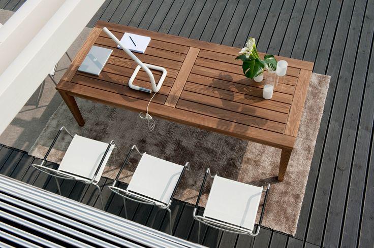 Der elegante Holztisch Etna von Pircher aus thermisch behandelter Esche bringt einen Hauch von italienischen Design auf Ihre Terrasse.