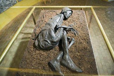 """Restos del """"Hombre de Tollund"""" exhibido en el Museo de Silkeborg. Fue arrojado a un pantano tras haber sido muerto por ahorcamiento."""