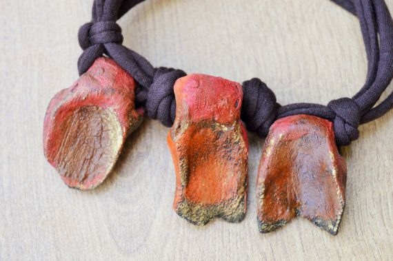 A ceramic natural necklace with 3 stonware pendants in autumn colors. I always get inspired from the autumn leaves. The 3 stonware originally black clay pendants got colored with arange, red, pink, brown, tabak, cognac and granat colors, topped with a int of gold ceramic color.
