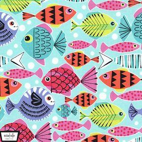 Preciosa tela de patchwork de Michael Miller con peces de diferentes formas y colores sobre fondo azul