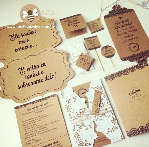 AMEI essa papelaria rústica e perfeita para um casamento ao ar livre ou de dia.  Além disso toda essa renda preta e envelope do convite dão um toque único. Produção completa da @abelhadesign_debora - que também pode fazer um pra você.  Orçamentos  Whatsapp: (11) 95450-2962 E-mail: contato@abelhadesign.com Directo no Instagram @abelhadesign_debora  Eles entregam em todo Brasil!