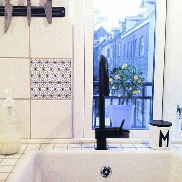 God morgen ønskes med dette flotte bildet fra Tile junkie   Dinevakreting.no  #tilejunkiedk #tiles #Tile #flis #fliser #stickers #klistremerker #danskdesign #gjenbruk #oppgradere #oppussing #interiør #interiørtips #diys #diy #interior #kjøkken #kitchen #Danmark #kjøkkeninspirasjon #kjøkkeninteriør