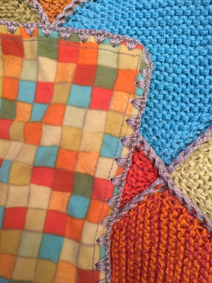 Colcha tejida. Cuadrados de algodón. Forro de franela. Orilla de crochet.