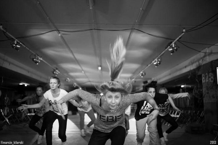 CARRY FASHION SHOW BACKSTAGE black & white dancers