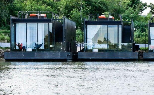 Connue pour le pont de la rivière Kwai et les paysages montagneux luxuriants, la ville de Kanchanaburi en Thaïlande, est également le foyer de nombreuses maisons flottantes.  Puisant son inspiration dans les maisons flottantes traditionnelles de la région, Agaligo Studio a conçu X-Float, une série de maisons de vacances flottantes, construite dans le cadre du X2 River Kwai Resort. Chacune des unités flottantes a sa propre terrasse côté rivière, où l'on peut se détendre, profiter de...