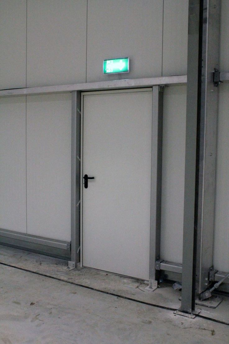 Natürlich sorgen wir für optimale Sicherheit in unseren Hallen, mit Brandschutztüren und Notbeleuchtung.