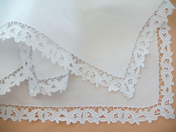 LINGE ANCIEN /Beau centre de table brodé main sur fil de lin avec encadrement en broderie Richelieu