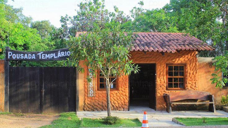 A Pousada Templários está situada em Pirenópolis - GO - a 500 metros da Igreja do Bonfim, a 1,5 Km do Centro Histórico e a 2,5 Km das cachoeiras de Usina Velha. A pousada dispõe de uma piscina rodeada por um jardim, estacionamento, recepção 24 horas, parquinho infantil, WiFi e um delicioso café da manhã.