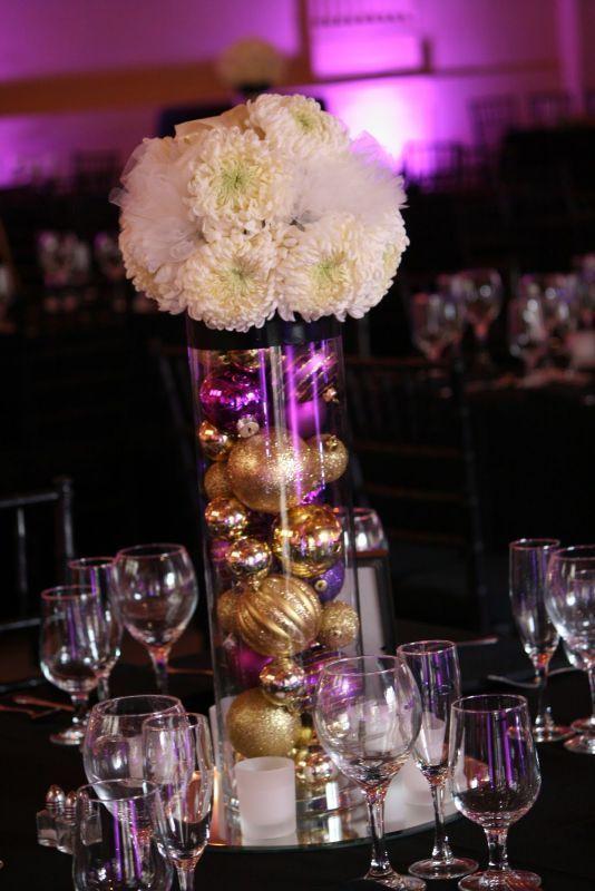 Centro de mesa con esferas de navidad.