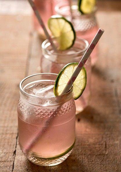 Potes de geleia e conserva têm uma infinidade de utilidades. Entre elas, substituir copos. Produção de Luana Prade (drink, drinque, bebida)