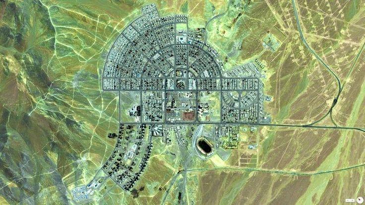 Imagens de satélite de El Salvador mostram que a cidade moldada como um capacete romano. A cidade foi projetada pelo arquiteto americano Raymond Olson de acordo com um esquema de design muito preciso acordado com a Anaconda Copper Mining Company.