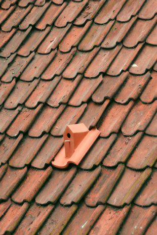 Dakpan vogelhuisje. Ontwikkeld door Klaas Kuiken en de Vogelbescherming.