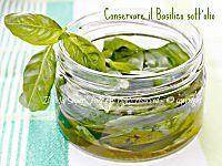 Basilico sotto sale:le foglie non saranno di un verde brillante ma il suo aroma non andrà disperso. Il sale, aromatizzato al basilico,si può usare in cucina