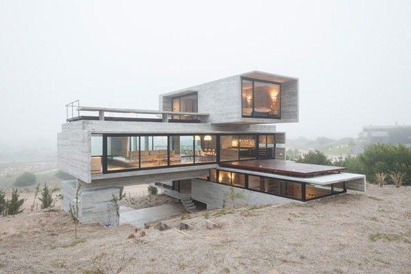 Cette magnifique habitation en béton brut est édifiée sur un terrain de golf dans la ville côtière de Pinamar en Argentine. Le célèbre architecte Luciano K