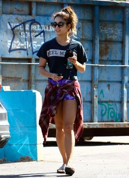 Актриса Ванесса Хадженс отправляется на утреннюю пробежку, по пути заглянув в церковь и пообедав с сестрой Стеллой (Голливуд, Калифорния, 15 сентября 2013)