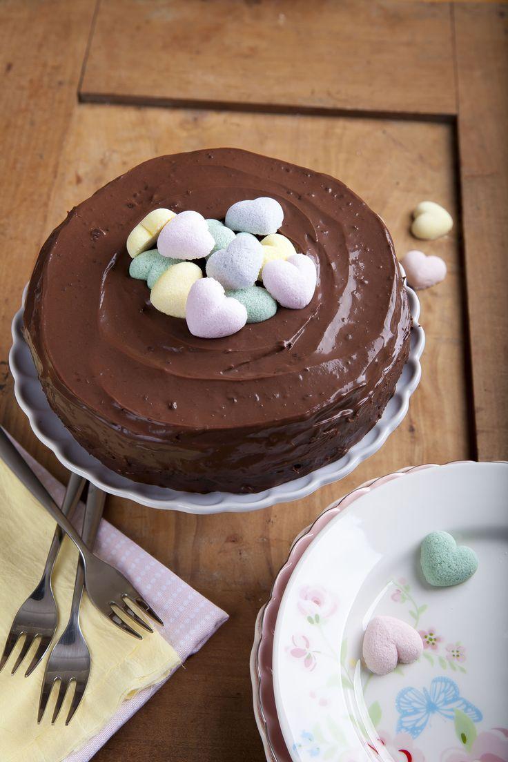 Csokoládé torta Figurina formacukorral díszítve. A receptet itt találod:  http://www.kifoztuk.hu/receptjeink/desszertek-edes-es-sos-aprosutemenyek-sorkorcsolyak/item/csokoladetorta-4