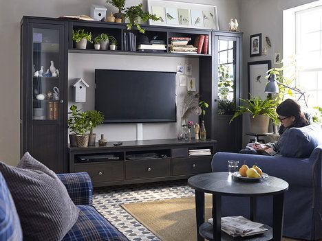 Televize je často ústředním bodem obývacího pokoje. Zaslouží si proto důstojné a zajímavé umístění. Inspirací vám může být poskládání nábytkových dílů ze série Hemnes, které nechává obrazovku ve středu dění, cena k doptání u prodejce; IKEA