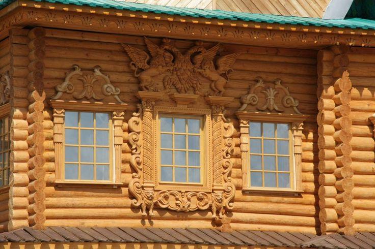 Дом желтого цвета в деревенском стиле
