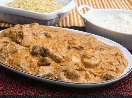 Strogonoff de Carne -  1 kg de Filé Mignon em tiras, 1 cebola picada, 4 colheres (sopa) de manteiga, 200 gr de champignon fresco, 3 colheres (sopa) de catch...
