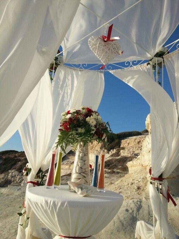 Бордовый, доминирующий цвет как в одежде так и в свадебном декоре...