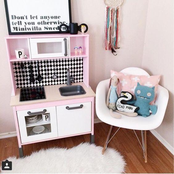 Speelkeuken DIKTIG : 10 Ikea Hacks voor in je interieur : Met je Ikea meubelen kun je heel budgetproof DIY toepassen voor gave make-overs. Tover je Lack of Hemnes meubels om!