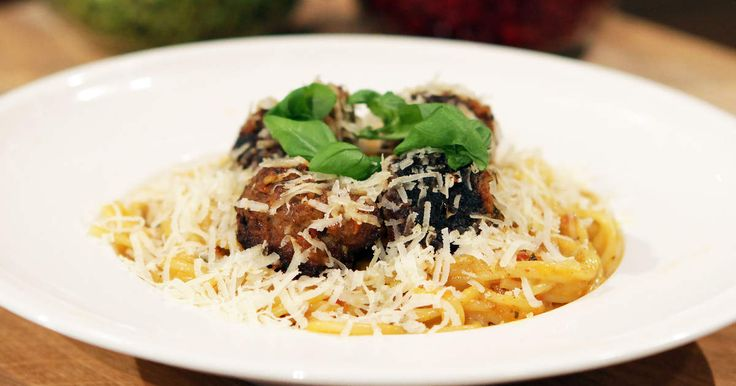 Klassiska italienska smaker i en krämig pastarätt med fluffiga och smakrika köttbullar.