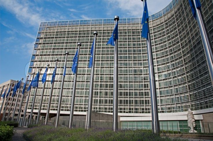 Stock Bild von 'Brüssel - Juni 24: Europäische Kommission Gebäude und Eu-Flaggen aus Schumann Platz am 24. Juni 2012 in Brüssel.'