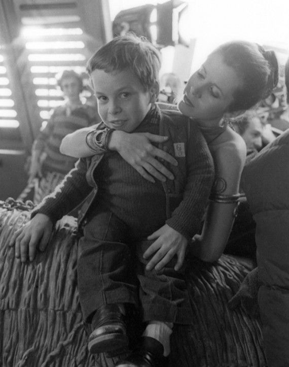 Star Wars behind the scenes - Carrie Fisher (Princess Leia) and an 11 year old Warwick Davis (Wicket). Description from pinterest.com.