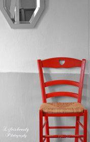 chaise rouge sur fond gris