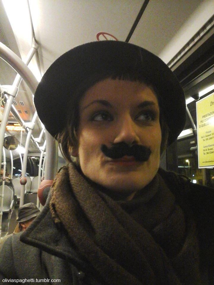 e, ai primi sintomi di Santaclaustrofobia, saltò su un tram e se ne andò via..