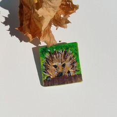 Spilla un riccio nel prato  #spilla #spille #pin  #riccio #dipinto #legno