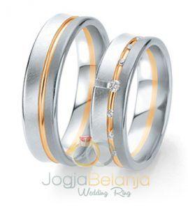 Cincin Kawin Anasyahadir dengan tampilanyangsengaja didesain dengan konsep minimalis dan kekinian.Cincin pasangan muslim ini terdiri dari kombinasi dua macam warna yaitu warna asli perak yang mendominasi cincin dan paduan kombinasi emas kuning yang dibalutkan pada aksen garis di tengah cincin.Cincin pasangan ini dibuat dari bahan perak 925dikerjakan dengan dua macam kombinasi finishing, yaitu finishing doff …