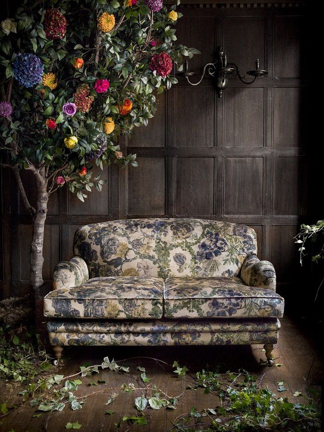 Interior inspiration: floral print fabrics sofa + flower tree, this vintage look is awesome!