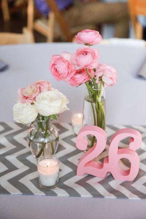 O cinza traz sobriedade e sofisticação à decoração; e o rosa claro se encarrega do romance.