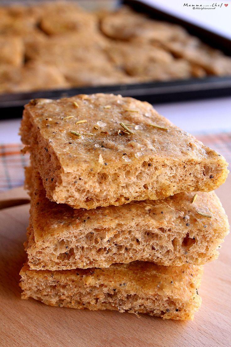 La focaccia ai semi è una focaccia buonissima preparata con farina semintegrale e arricchita con semi di girasole, di zucca, di sesamo, di papavero