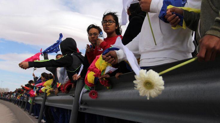 Les manifestants ont formé une chaîne humaine d'environ 1,5 km, en se tenant par les bras, certains drapés dans des drapeaux mexicains ou vêtus de blanc.