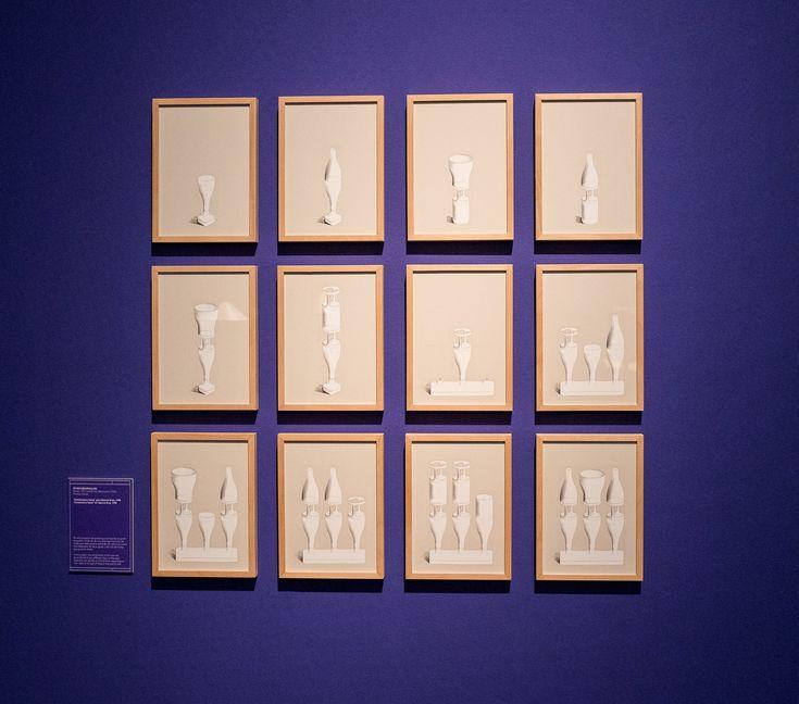 """STUDIO BOUROULLEC Ronan (1971) y Erwan Bouroullec (1976) Francia """"Combinatory Vases"""" para Galerie Kreo, 1998. En este proyecto las piezas que componían el jarrón se podían combinar de muy diversas maneras, de modo que cada usuario podía decidir sobre su forma final dependiendo de su gusto o del tipo de flores que quisiera añadir."""