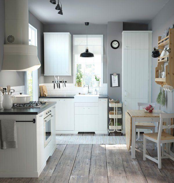 Si votre cuisine est petite, il existe plusieurs astuces pour l'agrandir ! La bonne idée ici, c'est de jouer sur les rayures et la verticalité. Au sol, un parquet dont les lames sont posées dans le sens de la longueur, pour agrandir la petite cuisine. On étire ainsi la pièce pour créer de la profondeur !