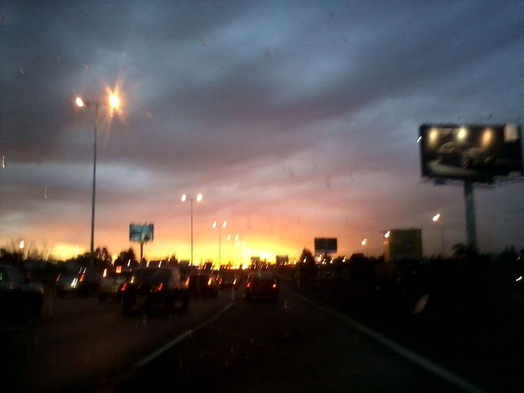 Atardecer en la autopista , sobre la cancha de Velez, en Liniers.
