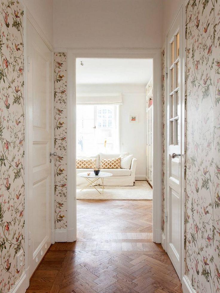 Nőies báj egy szép 38m2-es lakásban - virágos tapéták, üvegezett, megvilágított szekrények, hangulatos berendezés