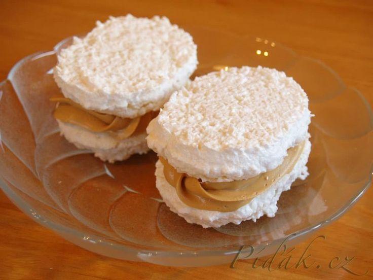 POTŘEBNÉ PŘÍSADY:  Ingredience (na cca 14 laskonek): Laskonky: 3 bílky 165 g cukru krupice 50g cukr moučka 90 g strouhaného kokosu  Kokosová náplň: 1  ...