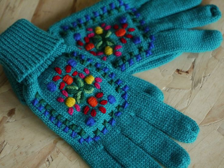 embroidered mittens - made by www.bonthuishouden.nl