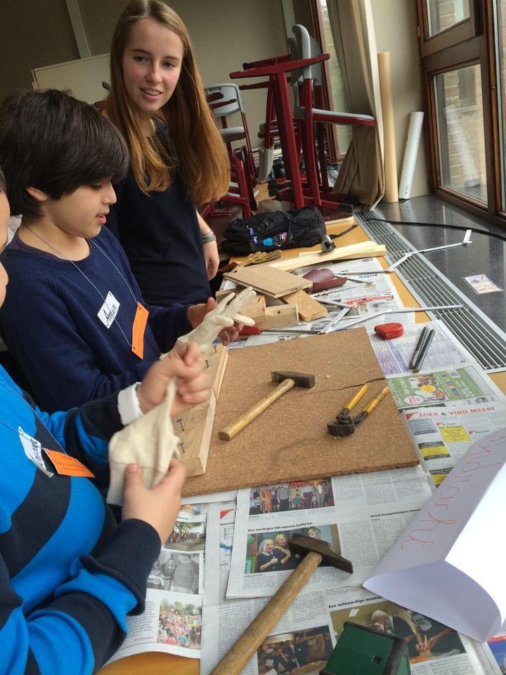 Experimenteren met het materiaal. Eerst handschoenen aandoen voor ieders veiligheid!