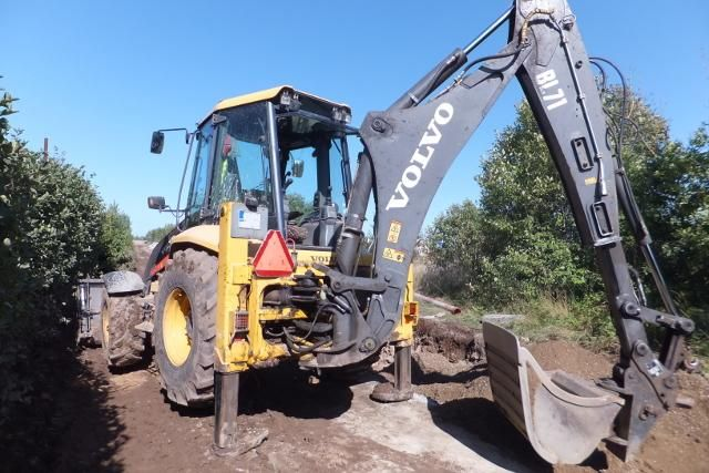 We sell cheap Backhoe Volvo BL71 Second Hand. Manufacture year: 2007. Working hours: 6900. Weight: 9128 kg. Air Conditioning. Joystick. Cup 4 in 1. Excellent running condition. Ask us for price. Reference Number: AC0076. Baurent Romania.
