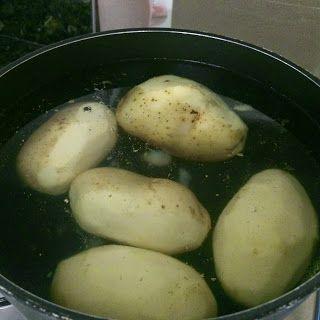 Sempre fui fã desse purê de batatas do Outback e do Applebee's que acompanha as costelinhas ao barbecue! De fato, batatas cozidas e alho...