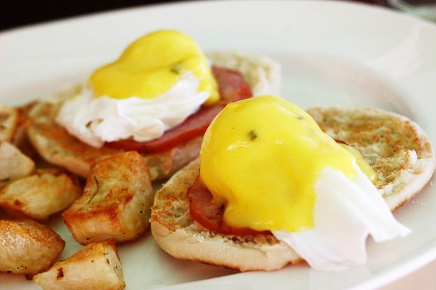 Le uova alla Benedict è un piatto della prima colazione americana che si compone di due metà di muffin inglesi su cui vengono adagiate delle fette di bacon