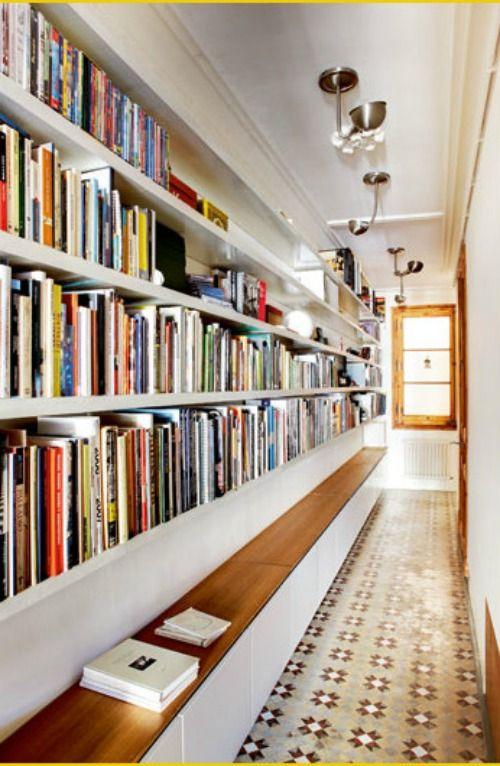 pasillo decorado con librería y banco