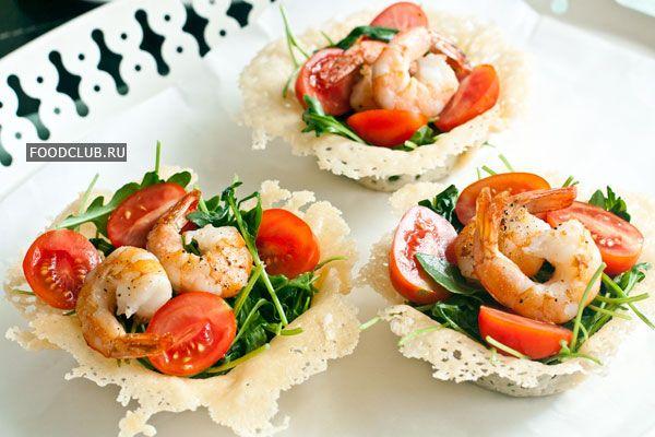 Вкусные и красивые порционные корзиночки из сыра. Их можно сделать заранее и держать в холодильнике, а салат разложить непосредственно перед подачей. Для фуршетного стола можно сделать мини-корзинки, которые удобно есть руками.